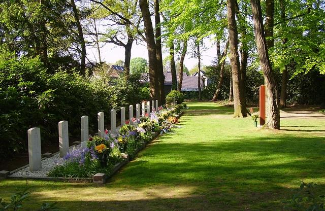 12 Oorlogsgraven Oude Begraafplaats Vaassen